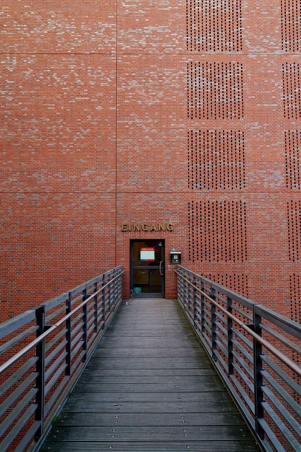 Quadro de janela portal da maneira do arco da porta enchido com o branco no centro da parede de tijolo alaranjada vermelha antiga fotografia de stock royalty free