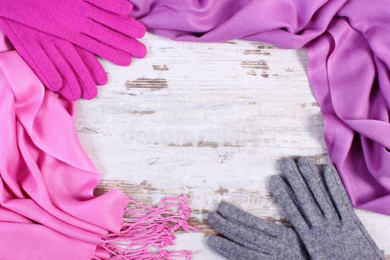 Quadro de luvas e do xaile de lã para o inverno, espaço da cópia para o texto na placa rústica idosa fotos de stock royalty free