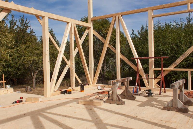 Quadro de madeira da casa sob a construção Construção nova quadro de uma casa Casa da madeira no processo de construção imagem de stock