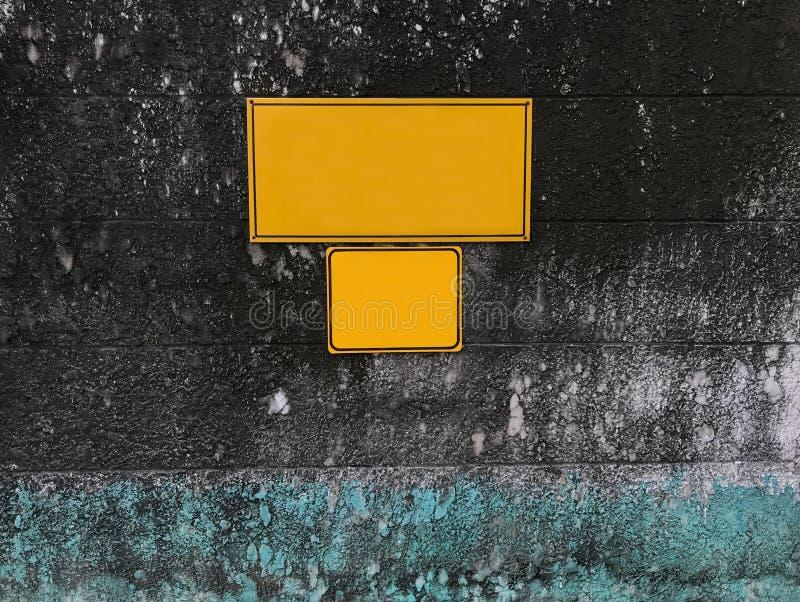 Quadro de mensagens amarelo vazio vazio na parede de pedra áspera envelhecida musgoso do grunge imagens de stock