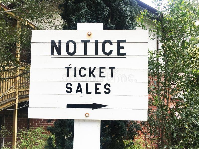 Quadro de mensagens de madeira branco - vendas do bilhete esta maneira imagem de stock