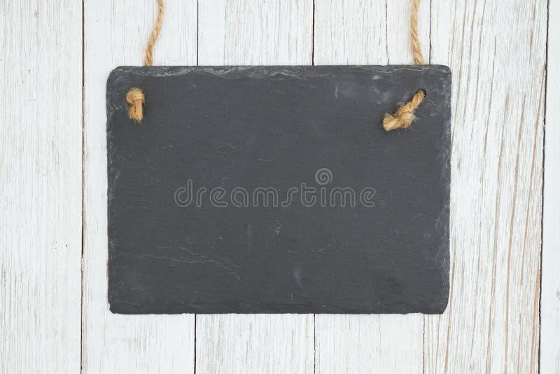 Quadro de suspensão vazio no fundo textured resistido da madeira da lavagem política foto de stock royalty free