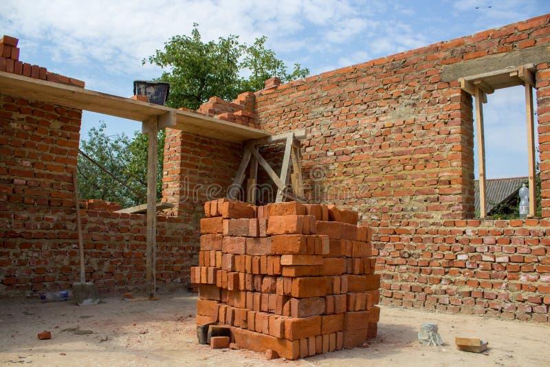 Quadro de uma casa do tijolo, casa inacabado do tijolo com uma vista do interior da sala imagem de stock royalty free