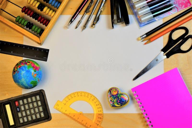 Quadro de uma folha de papel para fontes de escola Fontes de escola dos artigos de papelaria: globo, tesouras, régua, grampeador, fotos de stock royalty free