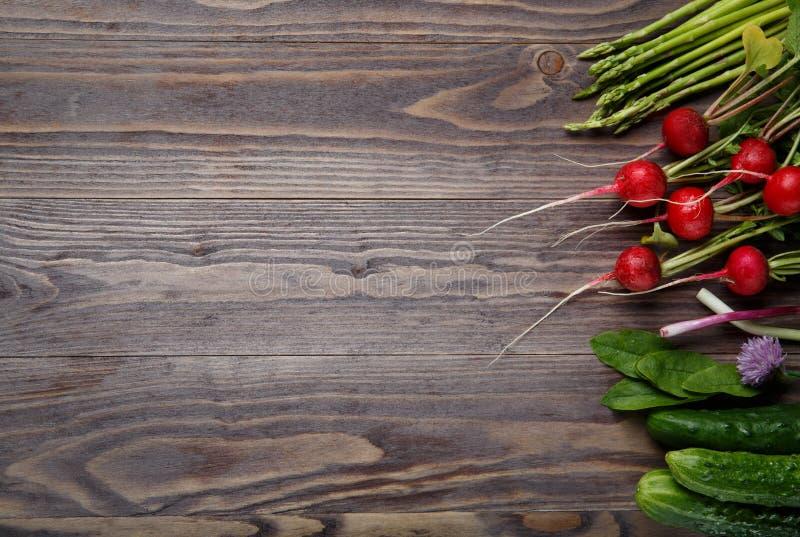 Quadro de vegetais e de ervas org?nicos frescos na tabela de madeira Fundo do alimento fotografia de stock