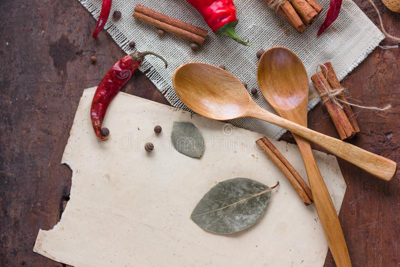 Quadro do alimento com as especiarias no fundo de madeira Configuração lisa, vista superior Fundo do alimento imagem de stock royalty free