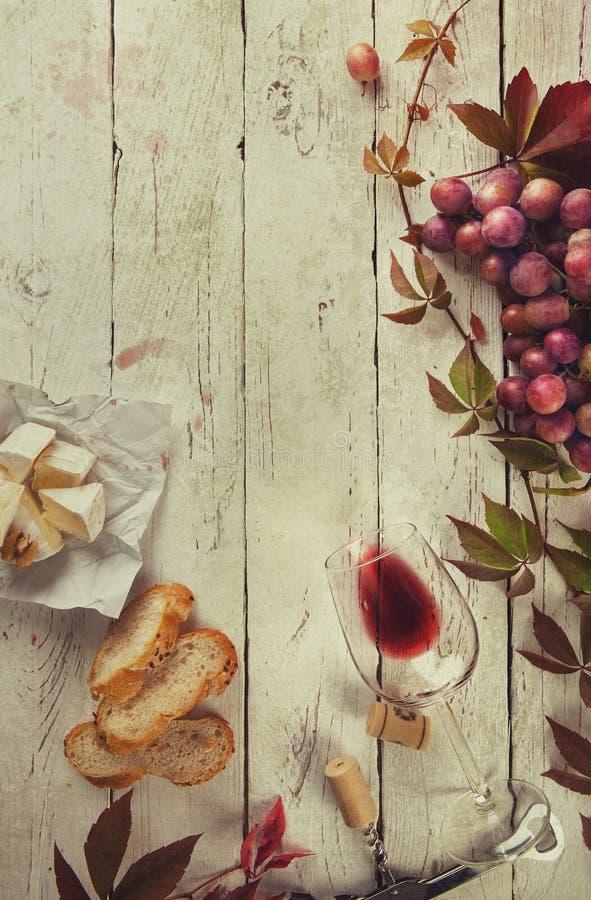 Quadro do alimento com vinho e uva fotografia de stock