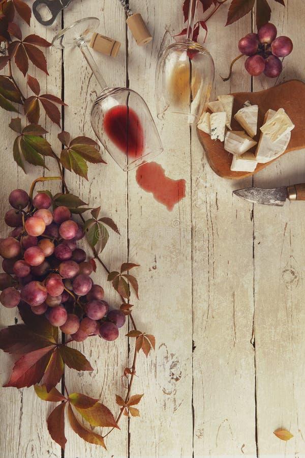 Quadro do alimento com vinho, uvas e queijo fotos de stock royalty free