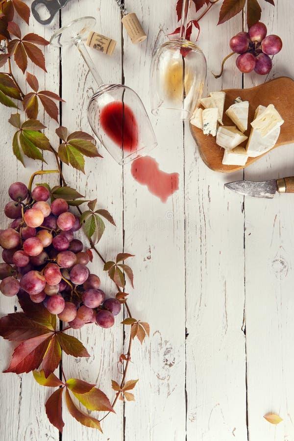 Quadro do alimento com vinho, uvas e queijo fotografia de stock royalty free