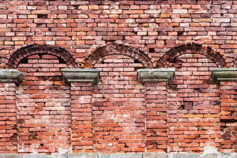 Quadro do arco do rebaixo na parede de tijolo velha foto de stock