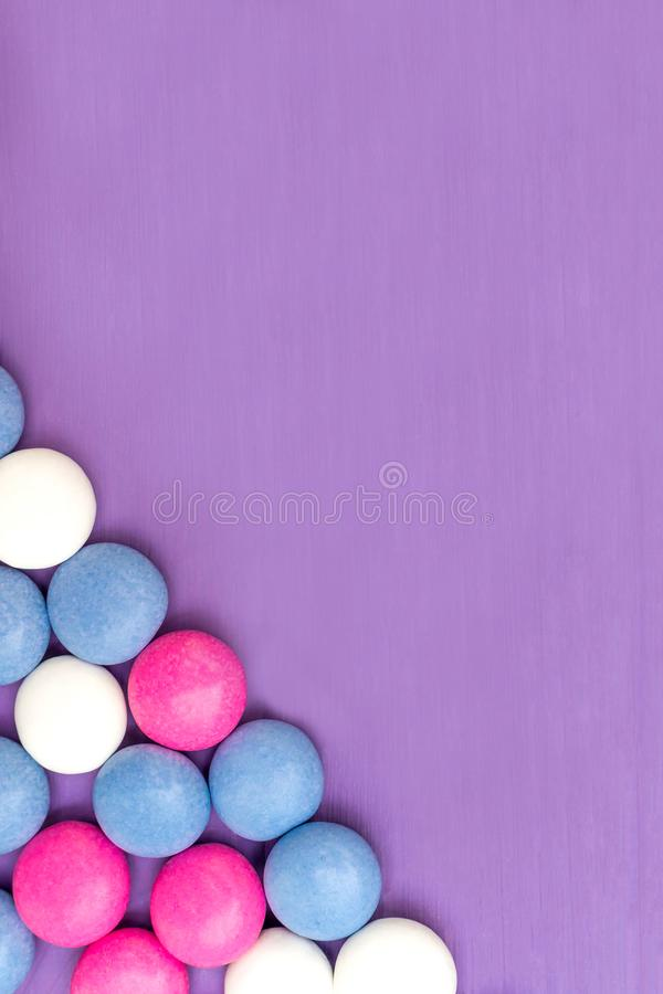 Quadro do canto de inferior esquerdo de doces cobertos de chocolate coloridos foto de stock royalty free