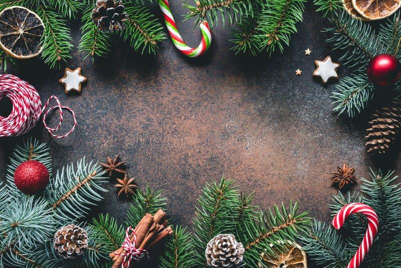 Quadro do Natal com ramos e decorações de árvore do abeto Copie o espaço fotografia de stock