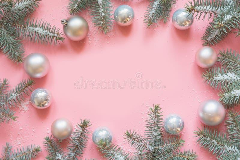 Quadro do Natal feito dos ramos do abeto, bolas brancas no rosa Xmas Configuração lisa Vista superior com espaço da cópia fotos de stock royalty free
