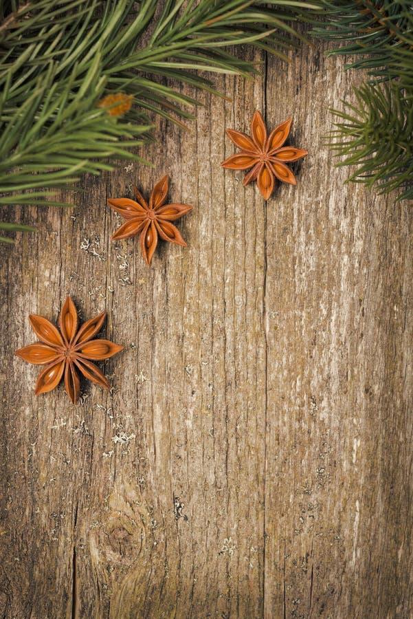 Quadro do Natal (ramos e anis de estrela spruce) na madeira velha imagens de stock royalty free
