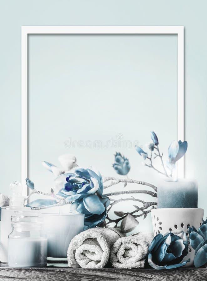Quadro do spa branco azul e definição de bem-estar Pastel Cosméticos e velas a arder Toalhas e flores Layout de beleza fotos de stock royalty free