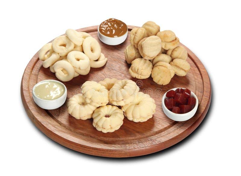 Quadro dos biscoitos misturados cobertos com o leite fotos de stock