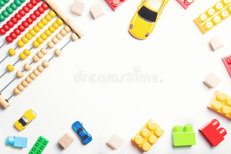 Quadro dos brinquedos das crianças do bebê no fundo branco Vista superior, configuração lisa imagens de stock royalty free