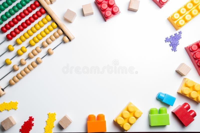 Quadro dos brinquedos das crianças no fundo branco Vista superior Configuração lisa fotografia de stock royalty free