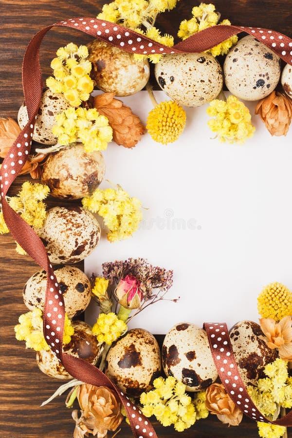 Quadro dos ovos e das decorações de codorniz imagens de stock royalty free