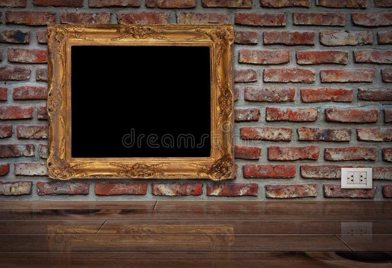 Quadro dourado na parede. foto de stock royalty free