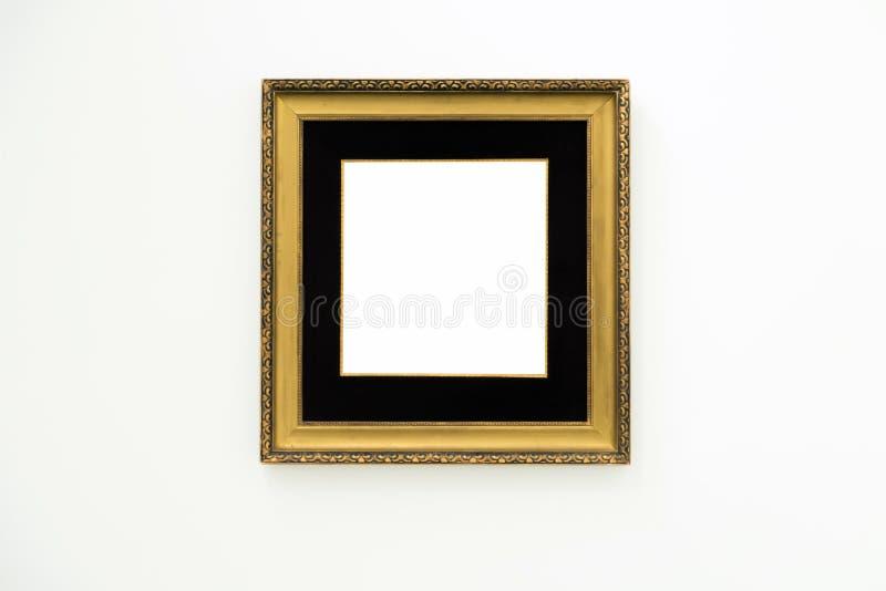 Quadro dourado vazio vazio no fundo branco Galeria de arte, museu imagem de stock