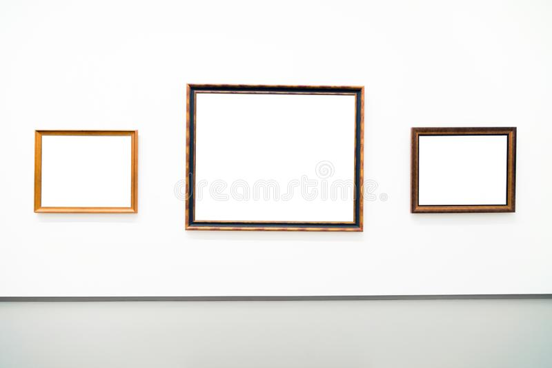 Quadro dourado vazio vazio no fundo branco Galeria de arte, museu fotografia de stock royalty free