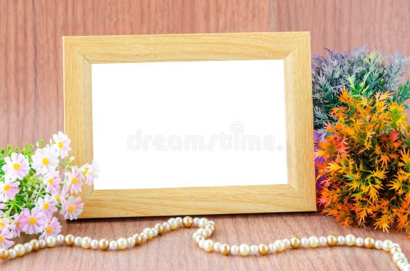 Quadro e flor de madeira vazios da foto foto de stock royalty free