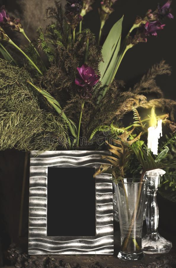 Quadro e flores da foto do vintage na tabela de madeira sobre do grunge do fundo o estilo de vida ainda imagens de stock