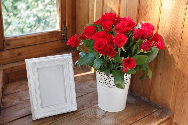 Quadro e grupo brancos de rosas vermelhas fotos de stock royalty free
