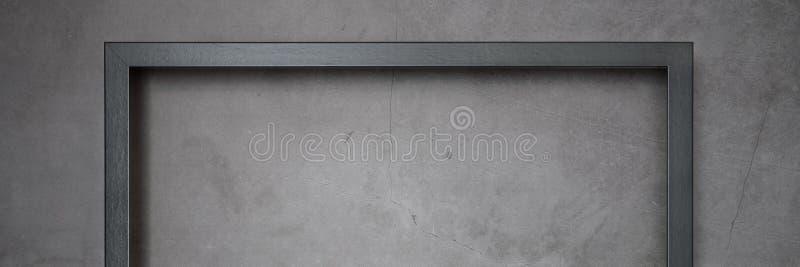 Quadro escuro para pintar em um fundo textured do cimento cinzento fotos de stock royalty free