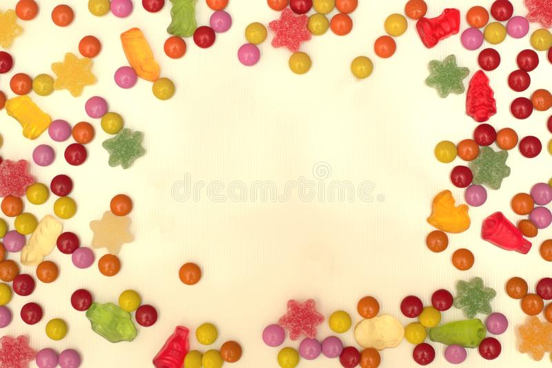 Quadro feito de doces coloridos, um lugar para uma inscrição foto de stock