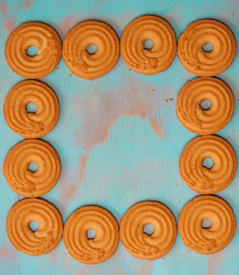 Quadro a forma feita de cookies de manteiga/biscoitos no fundo rústico do verde de madeira da cerceta com espaço para o texto, pr imagem de stock