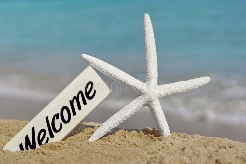 Quadro indicador bem-vindo na praia do mar imagens de stock