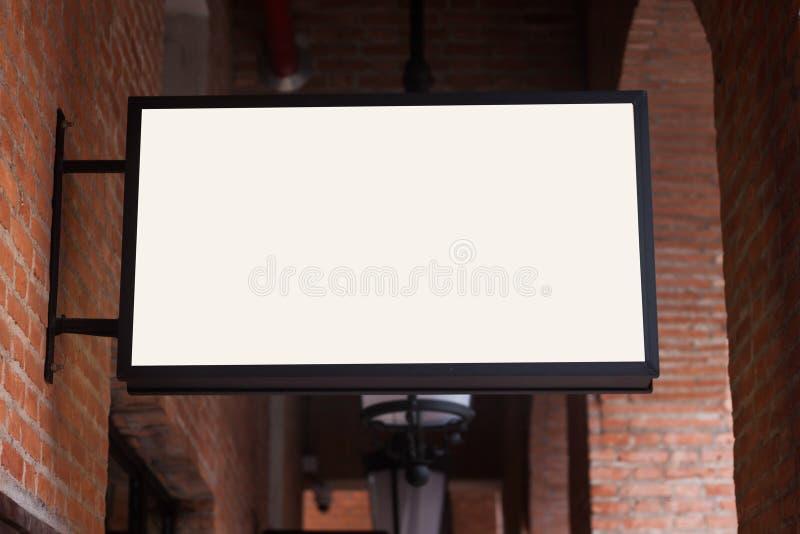 Quadro indicador branco do regtangle na parede de tijolo foto de stock