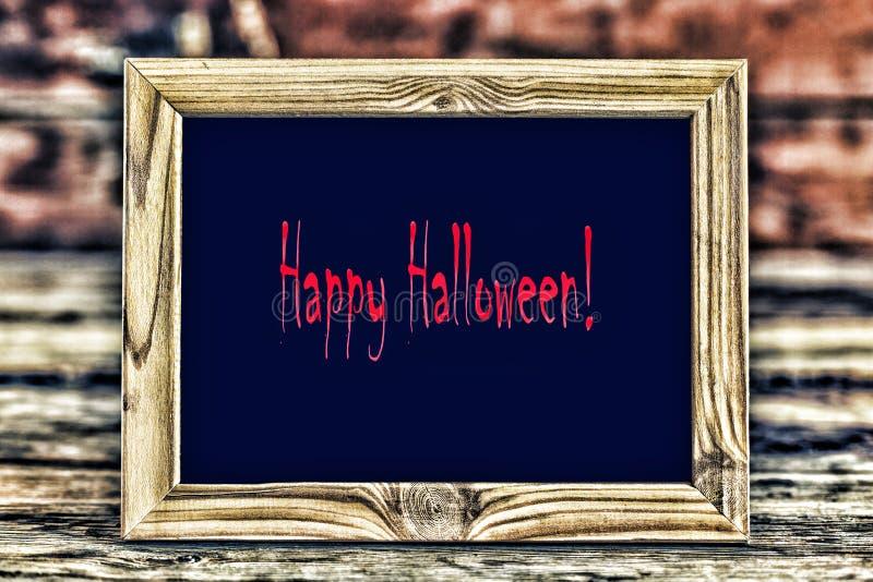 Quadro místico com um fundo preto com a inscrição Dia das Bruxas feliz fotografia de stock royalty free