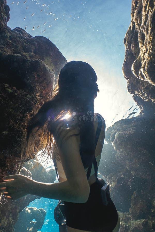 Quadro misterioso de uma mulher asiática que freediving imagens de stock