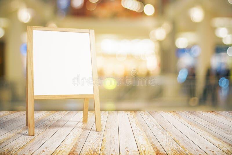 Quadro-negro branco vazio do restaurante no assoalho de madeira fotografia de stock