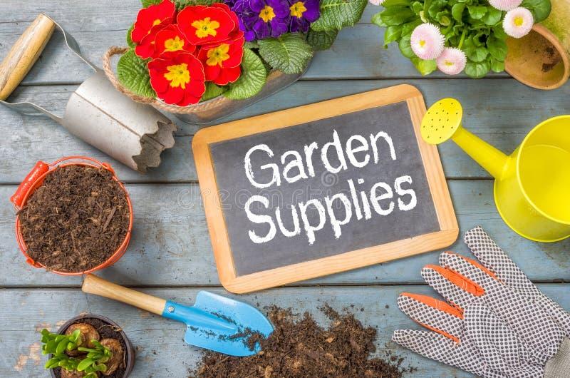 Quadro-negro com ferramentas de jardim - fontes do jardim imagens de stock royalty free
