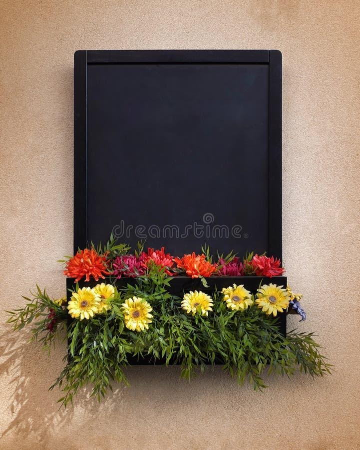 Quadro-negro com flores imagens de stock