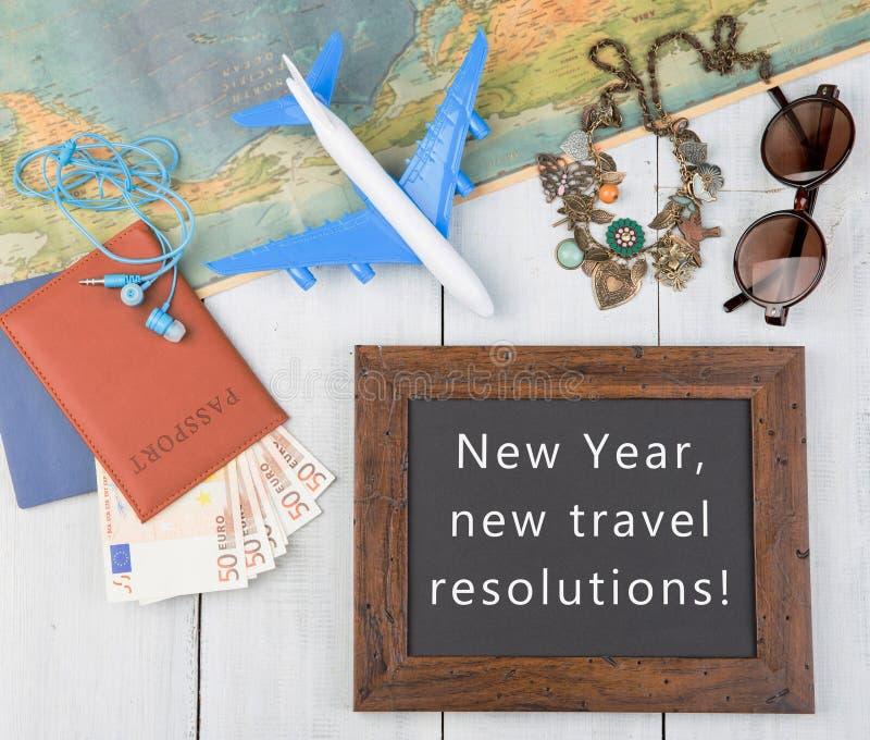 quadro-negro com texto ' Ano novo, definições novas do curso! ' , plano, mapa, passaporte, dinheiro, óculos de sol foto de stock royalty free