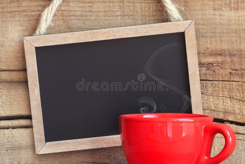 Quadro-negro com xícara de café vermelha fotos de stock