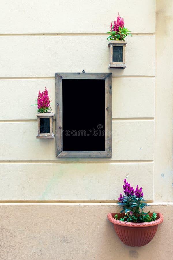 Quadro-negro do menu na parede imagens de stock
