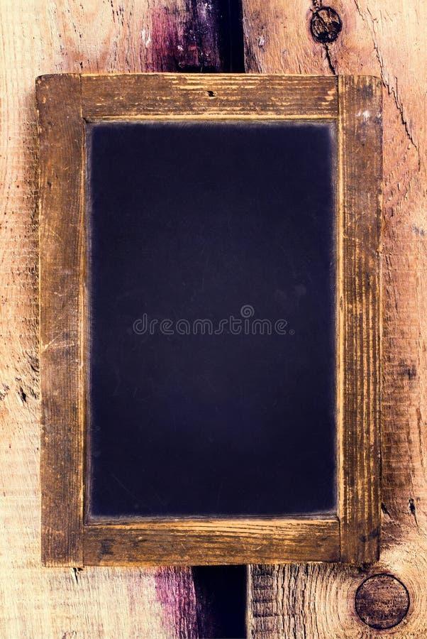 Quadro-negro do vintage com quadro de madeira no fundo de madeira velho. B imagens de stock royalty free