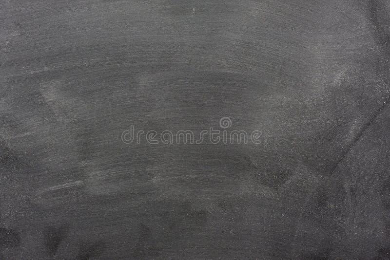 Quadro-negro em branco com marcas da poeira e do eliminador do giz foto de stock