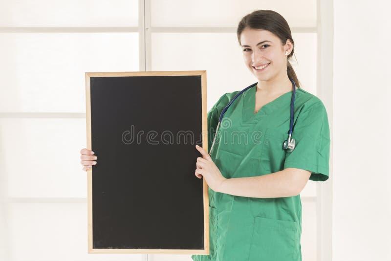 Quadro-negro fêmea feliz do doutor Holding imagens de stock royalty free
