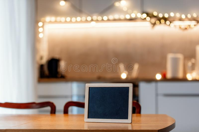 Quadro-negro na tabela na cozinha foto de stock royalty free