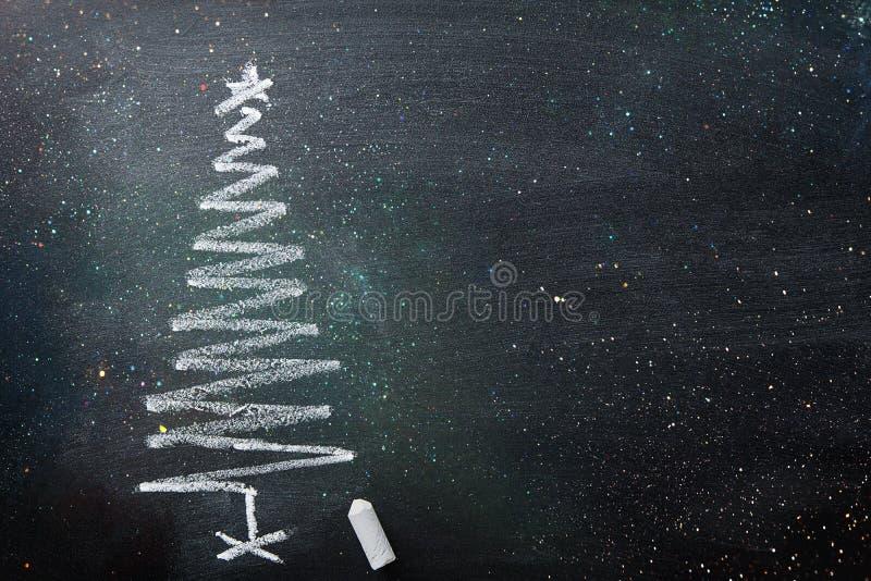 Quadro-negro tirado mão do giz da árvore de Natal da garatuja no formulário espiral O brilho efervescente ilumina a bandeira do c imagem de stock