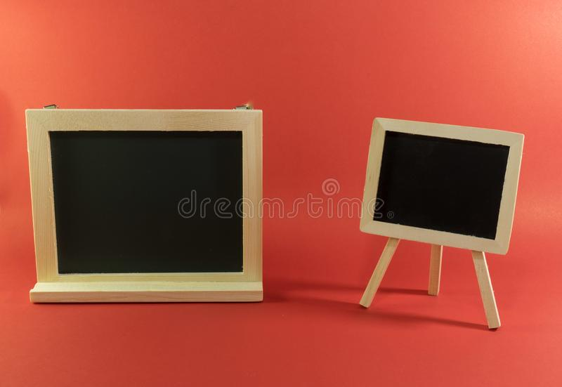 Quadro-negro vazio com moedas e cartão de crédito no vermelho imagens de stock