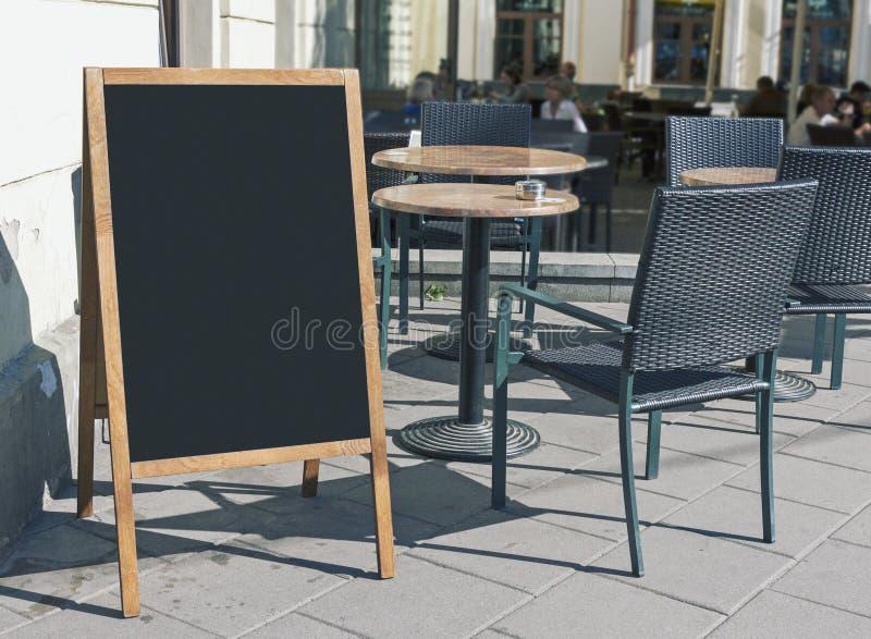 Quadro-negro vazio do menu do restaurante na rua imagem de stock royalty free