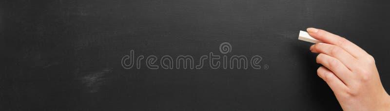 Quadro-negro vazio velho como o fundo do panorama imagens de stock